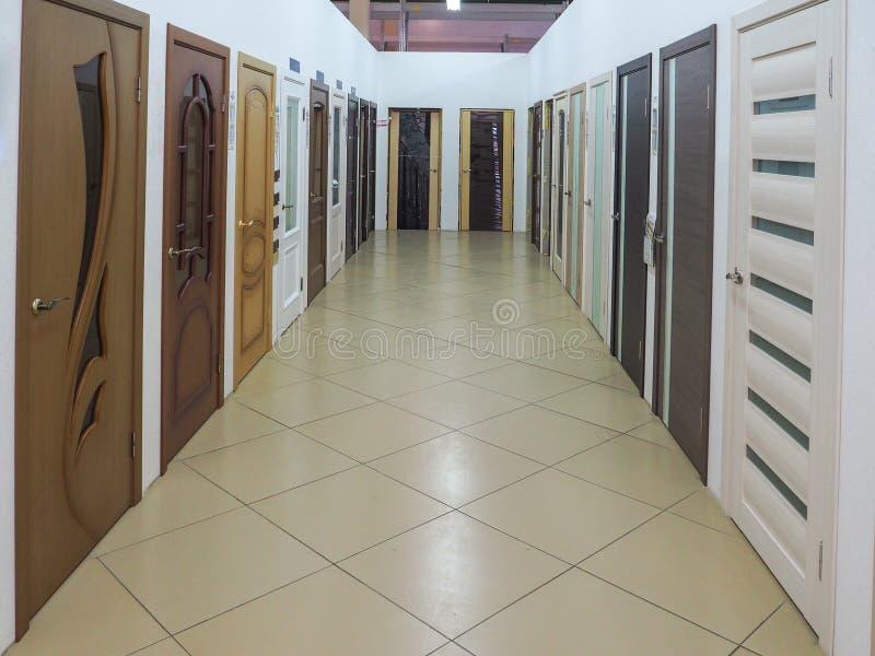 Puertas de madera interiores en las puertas de la tienda imagenes de archivo