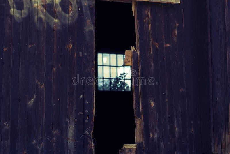 Puertas de madera misteriosas imagenes de archivo