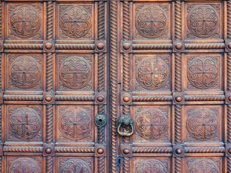Puertas de madera pesadas pulidas de la iglesia, Alexander Nevsky Cathedral, Sofía, Bulgaria imágenes de archivo libres de regalías