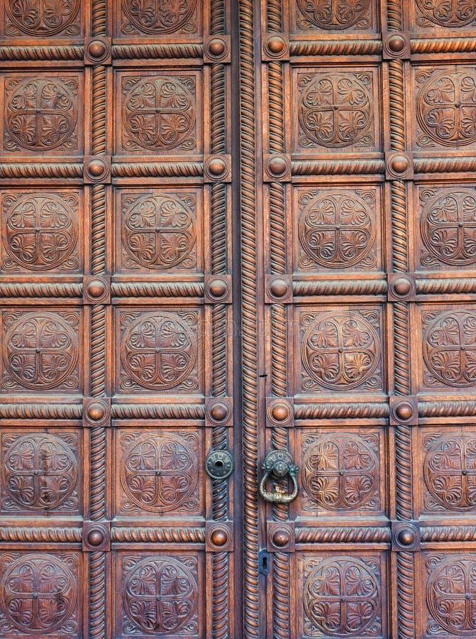 Puertas de madera pesadas pulidas de la iglesia, Alexander Nevsky Cathedral, Sofía, Bulgaria foto de archivo libre de regalías