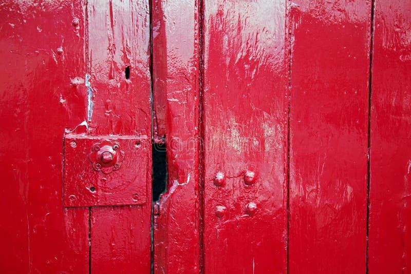 Puertas de madera pintadas rojo brillante imagenes de archivo