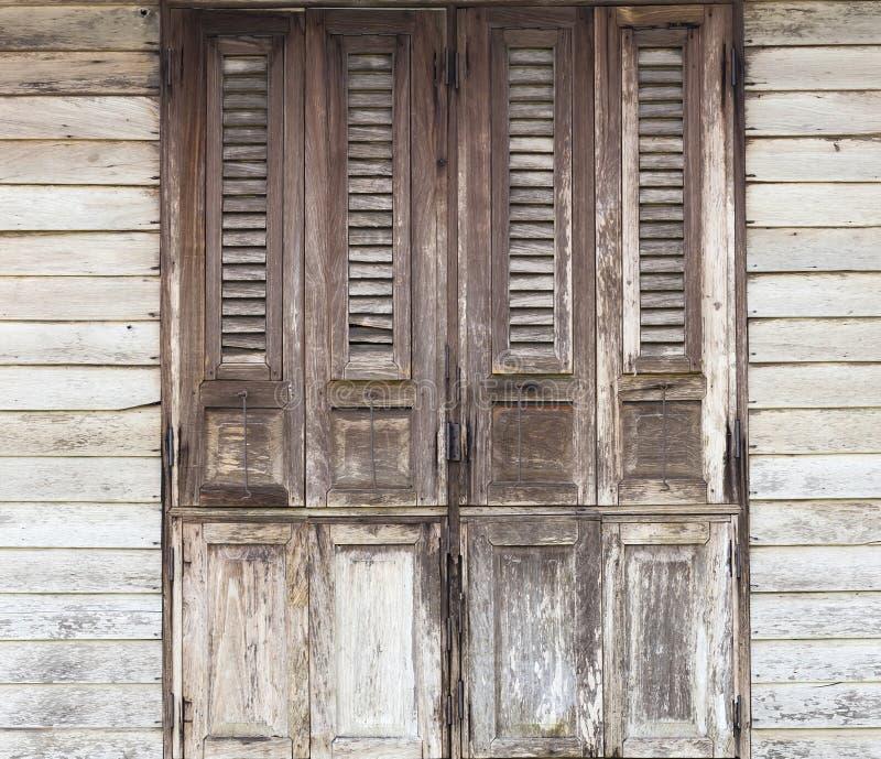 Puertas de madera puertas viejas tradicionales con la - Puertas viejas de madera ...