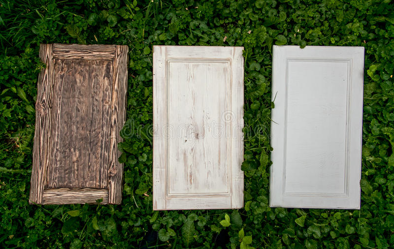 Puertas de madera que mienten en hierba foto de archivo