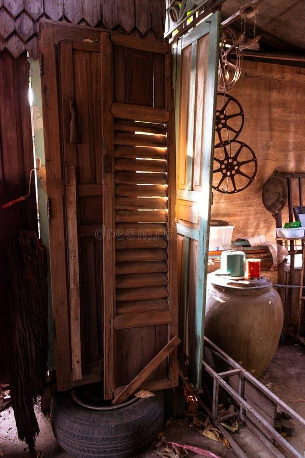 Puertas de madera que son paradas foto de archivo