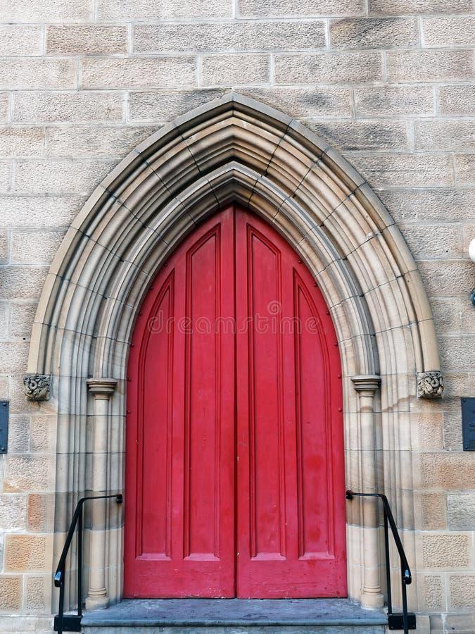 Puertas de madera rojas en la iglesia de la piedra arenisca, Sydney, Australia fotografía de archivo libre de regalías