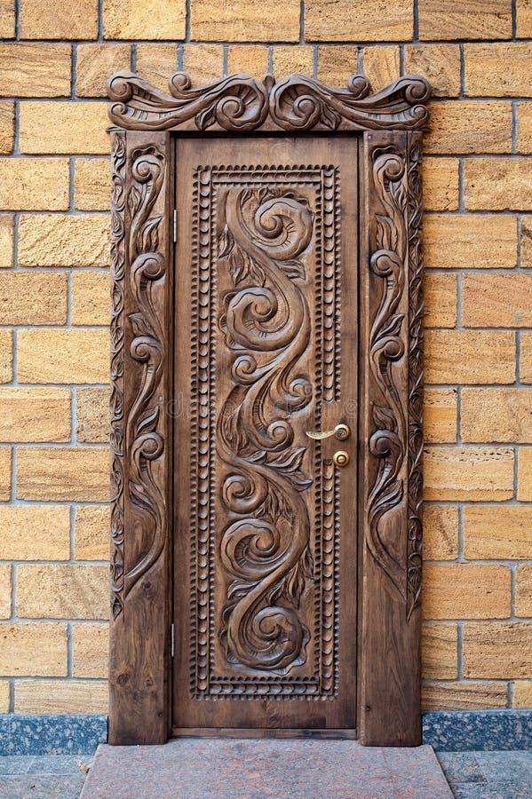 Puertas de madera talladas hermosas viejas imagen de for Adornos puertas madera