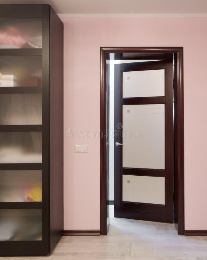 Puertas de madera un interior en los apartamentos fotografía de archivo libre de regalías