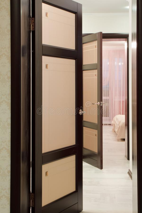 Puertas de madera un interior en los apartamentos imágenes de archivo libres de regalías