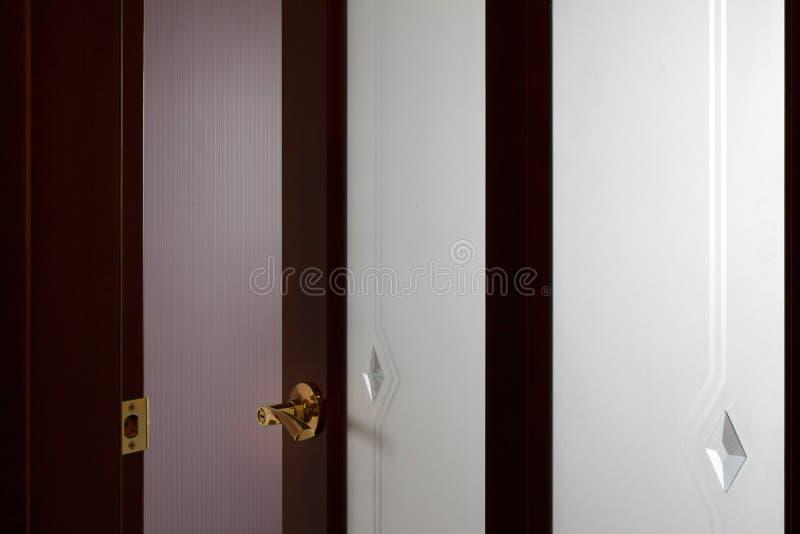 Puertas de madera un interior en los apartamentos fotos de archivo