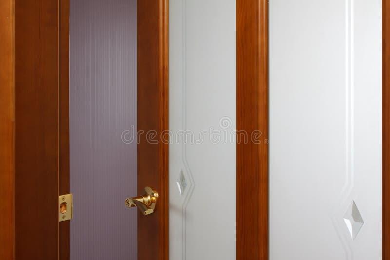 Puertas de madera un interior en los apartamentos foto de archivo libre de regalías