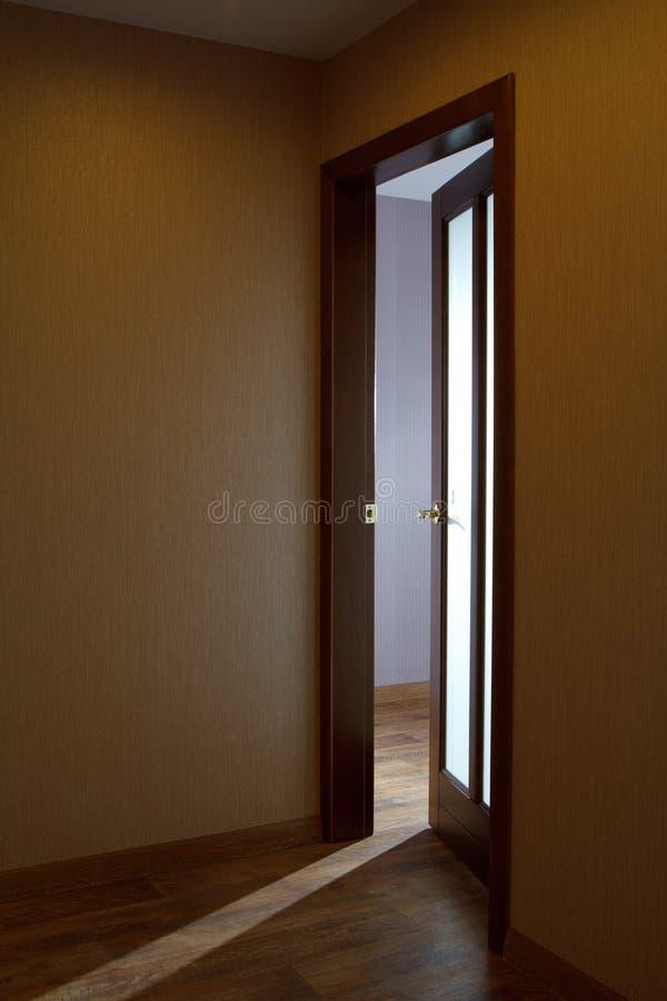 Puertas de madera un interior en los apartamentos fotografía de archivo
