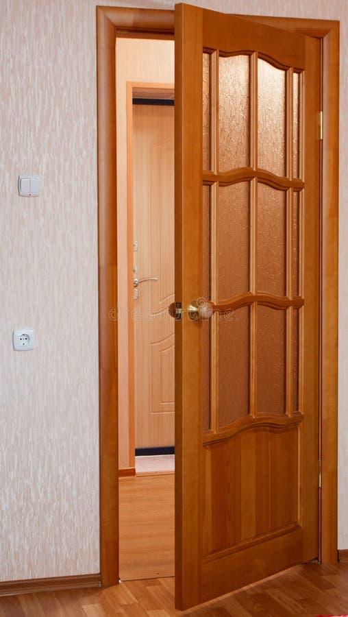 Puertas de madera un interior en los apartamentos imagenes de archivo