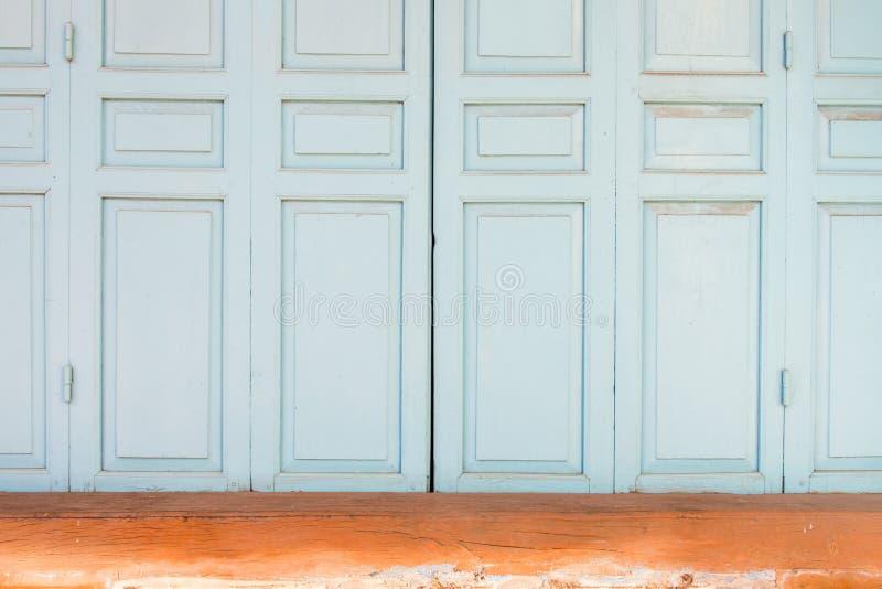Puertas de plegamiento de madera imagen de archivo libre de regalías