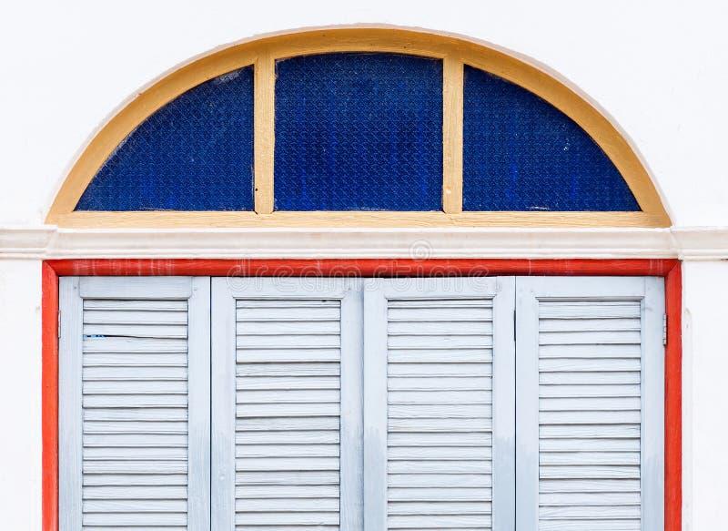 Puertas de plegamiento de madera con el marco del vidrio del color imagenes de archivo