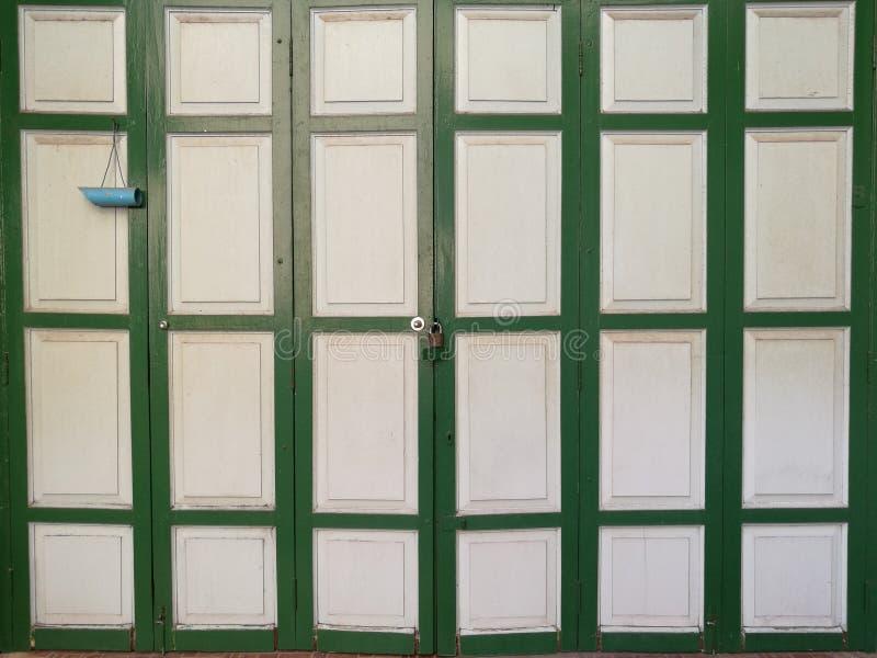 Puertas de plegamiento de madera del vintage clásico con la luz, pared casera fotografía de archivo