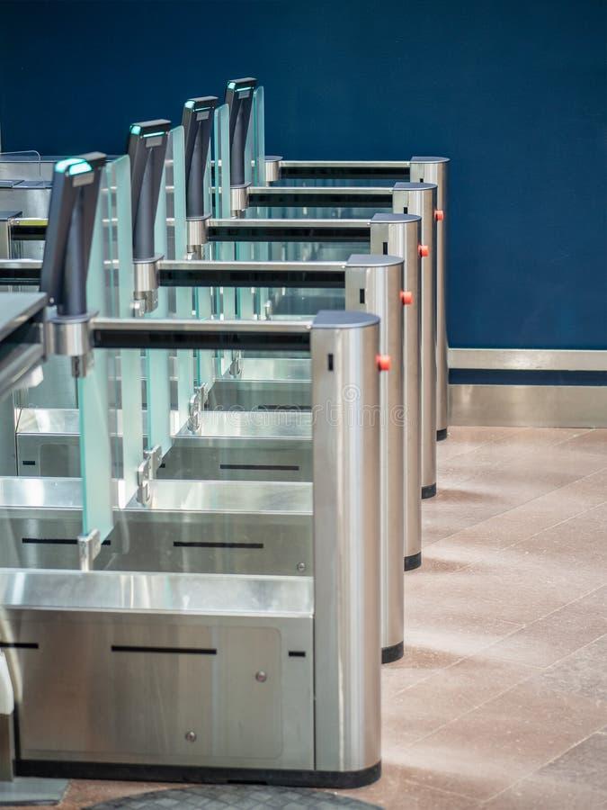 Puertas de seguridad con los detectores de metales y esc?neres en la entrada del aeropuerto imagenes de archivo