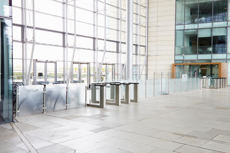 Puertas de seguridad en el pasillo de un negocio corporativo grande fotografía de archivo
