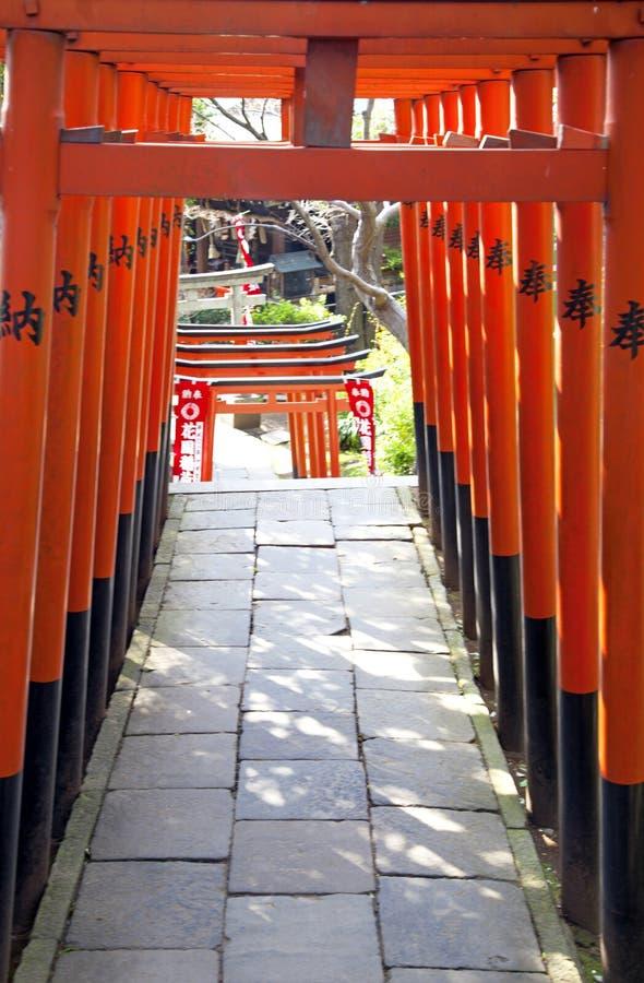 PUERTAS DE TORII EN EL TEMPLO DE UENO, TOKIO fotografía de archivo libre de regalías