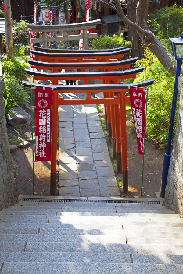 PUERTAS DE TORII EN EL TEMPLO DE UENO, TOKIO fotografía de archivo