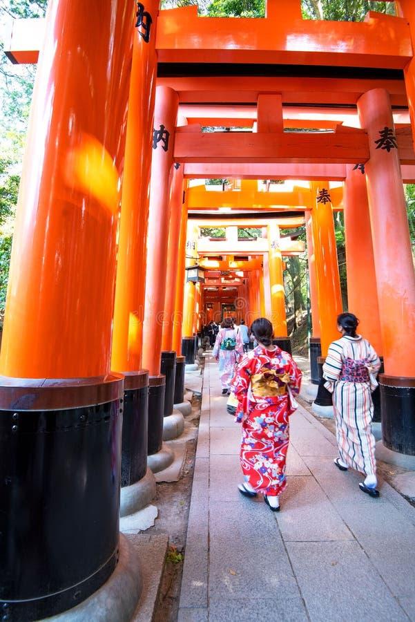 Puertas de Torii en la capilla de Fushimi Inari, Kyoto Japón foto de archivo libre de regalías