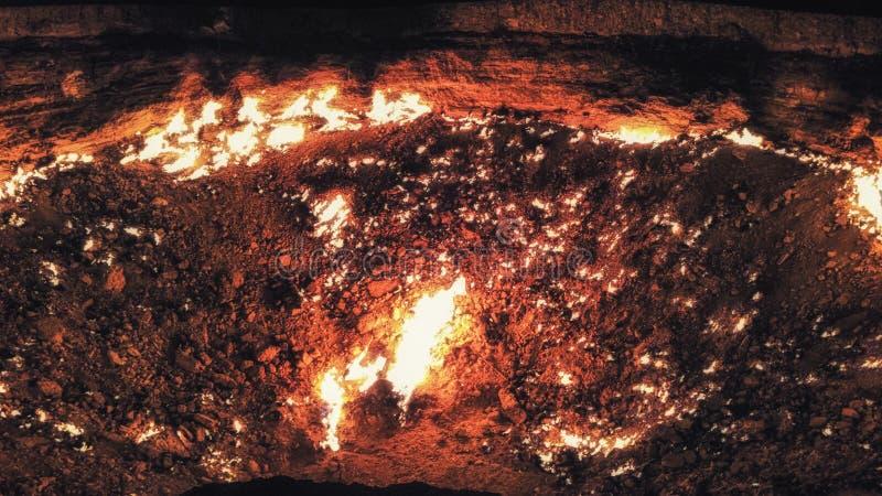 Puertas de Turkmenistán del fuego del cráter del gas del infierno en nea del desierto de Karakum fotos de archivo libres de regalías