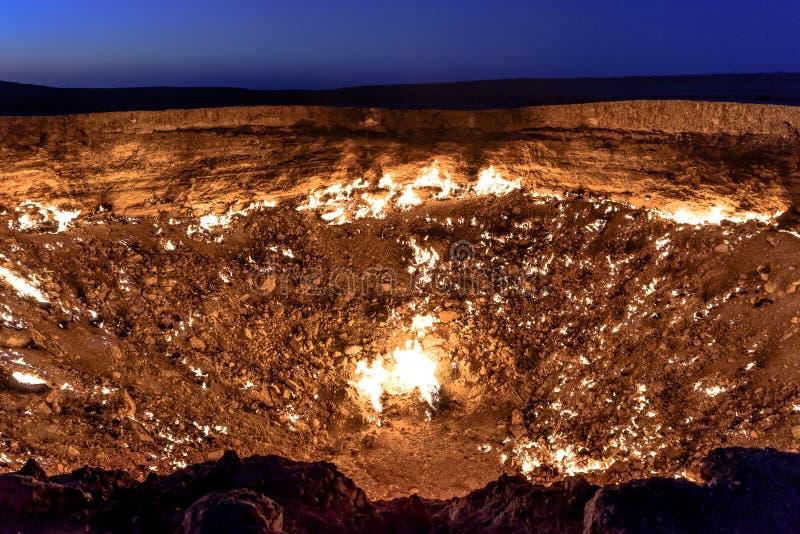 Puertas de Turkmenistán del gas ardiente del infierno imágenes de archivo libres de regalías