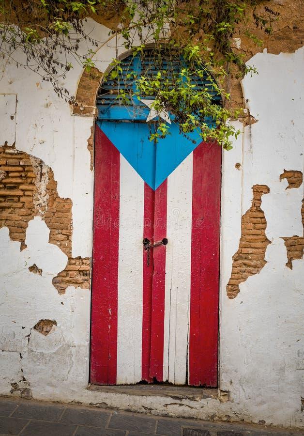 Puertas de una casa arruinada en San Juan, Puerto Rico foto de archivo