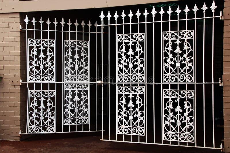 Puertas decorativas blancas del hierro labrado fotos de archivo