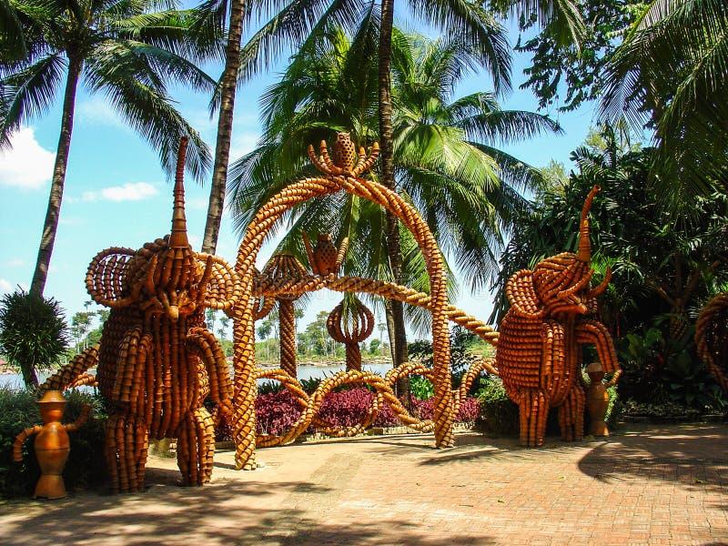 puertas decorativas hechas de elefantes de madera imagen de archivo
