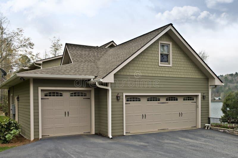 Puertas del garage en casa foto de archivo