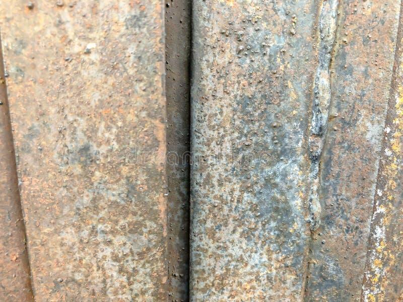 Puertas del garaje del hierro Puerta oxidada Ciérrese encima de tiro fotos de archivo libres de regalías