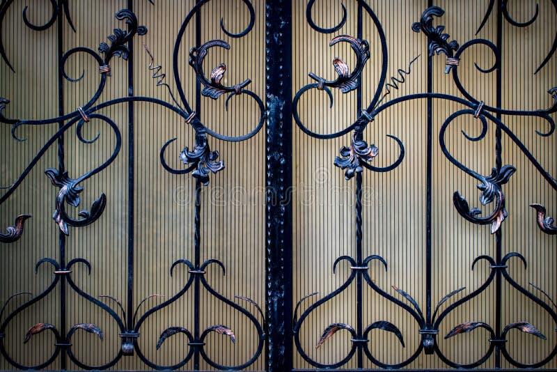 puertas del Labrado-hierro, forja ornamental, primer forjado de los elementos imagenes de archivo