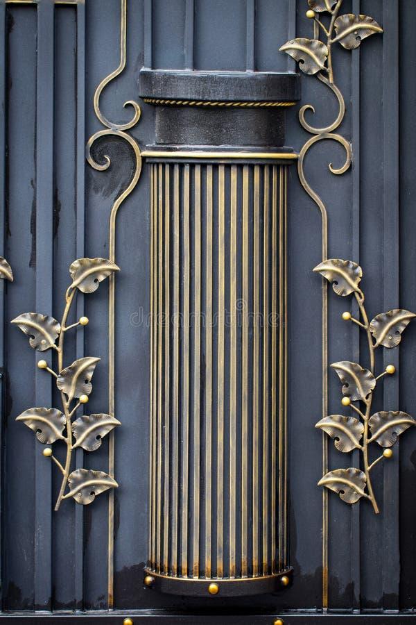 puertas del Labrado-hierro, forja ornamental, primer forjado de los elementos foto de archivo libre de regalías
