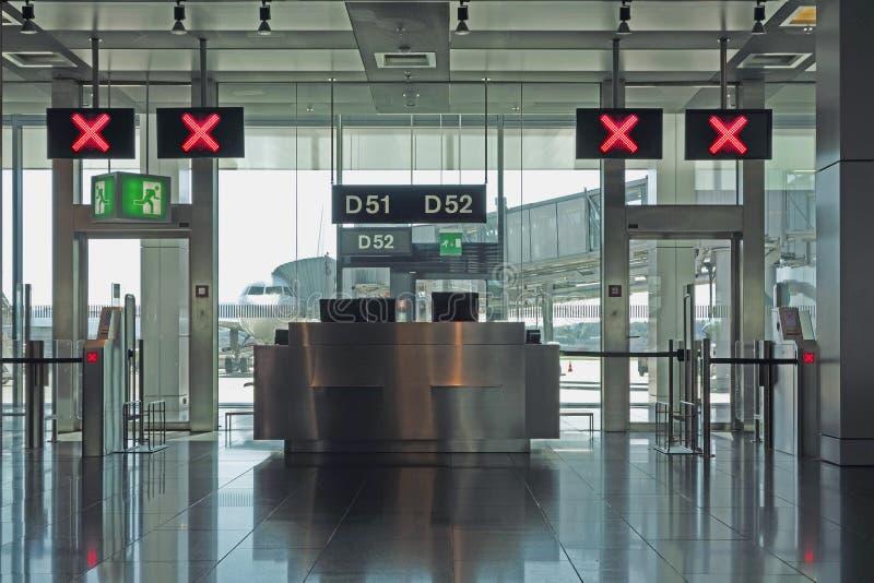 Puertas del salón de la salida del aeropuerto cerradas fotografía de archivo