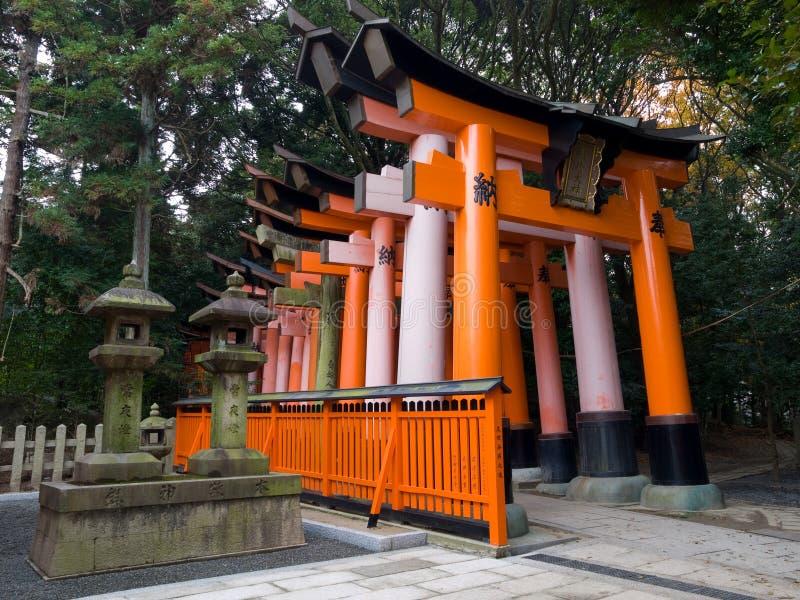 Puertas del torii de la capilla de Fushimi Inari imágenes de archivo libres de regalías