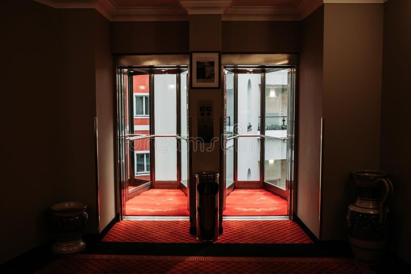 Puertas deslizantes del hotel foto de archivo