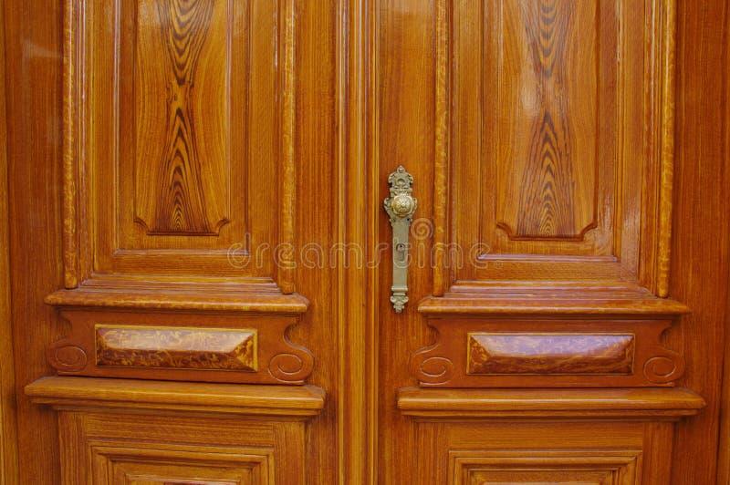 Puertas dobles de la entrada de madera clásica con el tirador de puerta y el ojo de la cerradura antiguos de oro fotografía de archivo