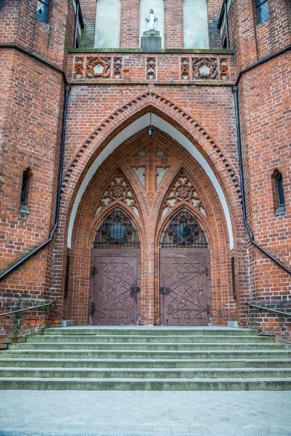 Puertas dobles de la entrada principal Garrison Church en Olsztyn, Polonia fotografía de archivo libre de regalías