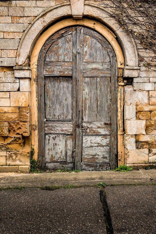 Puertas dobles de madera de decaimiento viejas fotografía de archivo