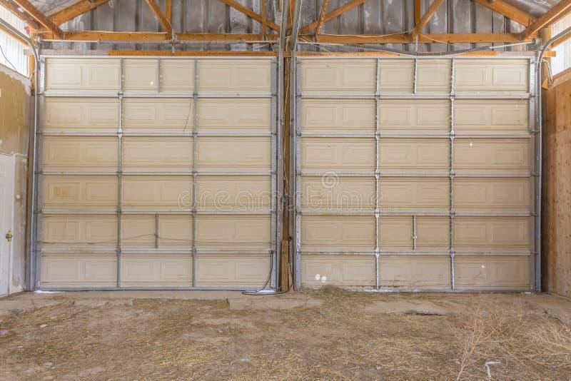 Puertas dobles en granero viejo grande en el cierre de Utah imagen de archivo