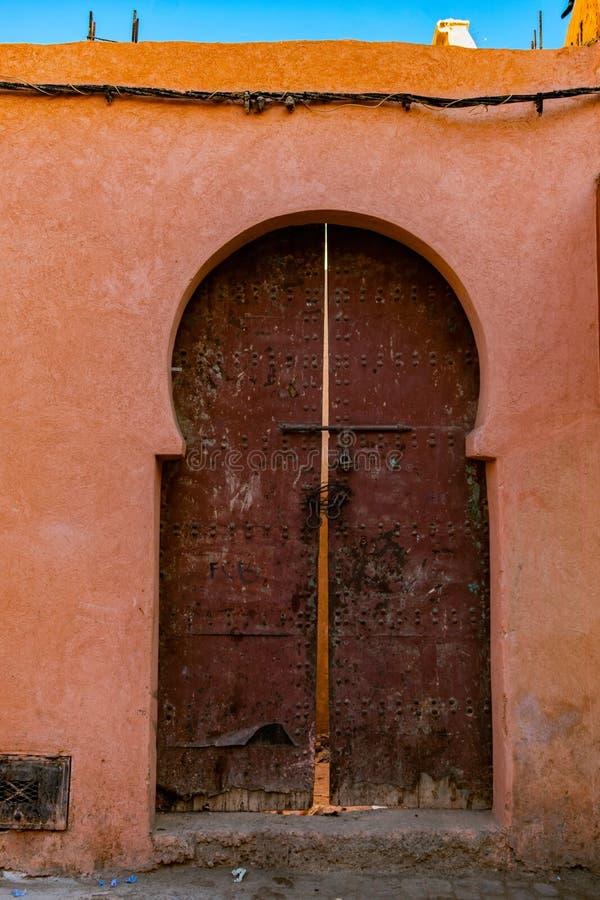 Puertas dobles en Marrakesh Marruecos imágenes de archivo libres de regalías
