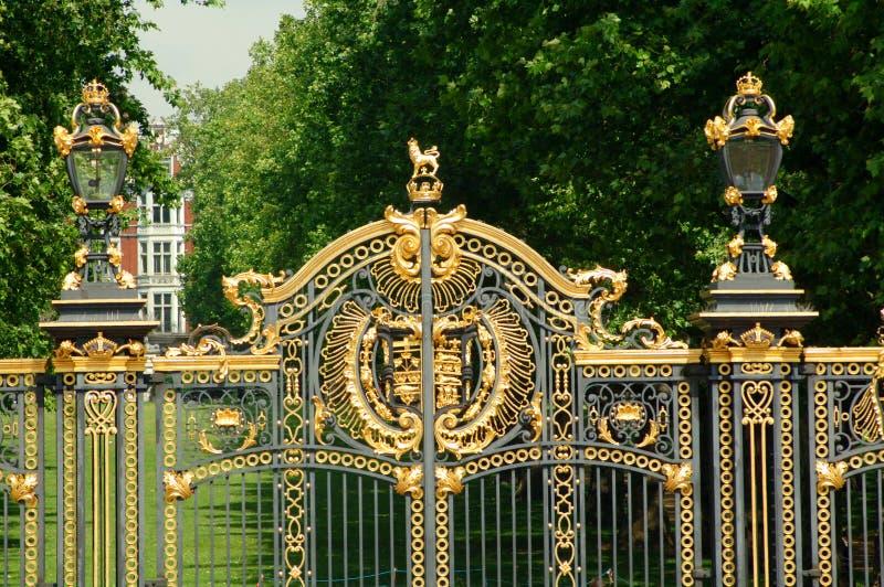 Puertas en el Buckingham Palace foto de archivo libre de regalías