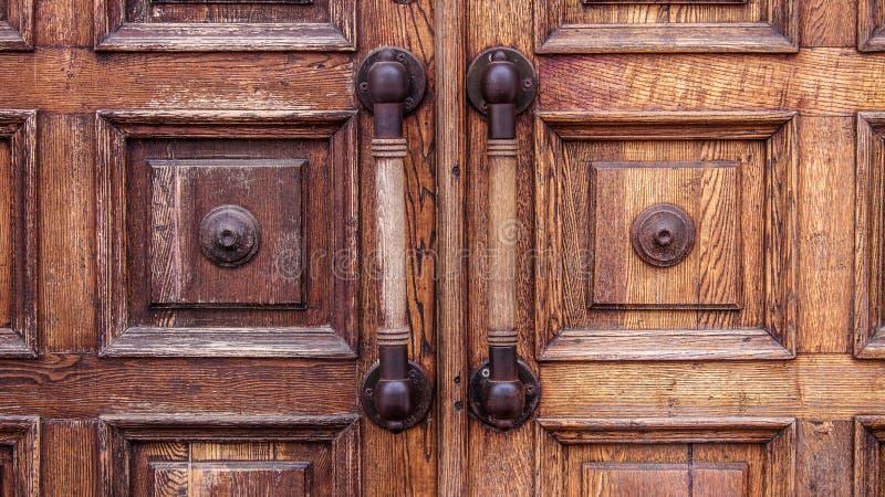 Puertas grandes de madera viejas con los desgastes en el museo fotografía de archivo libre de regalías