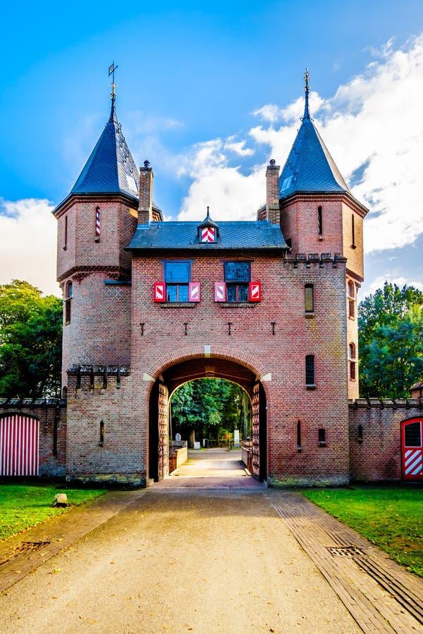 Puertas hermosas de la entrada del ladrillo en Castle De Haar, una reconstrucción del siglo XIV del castillo en los fin del siglo fotografía de archivo