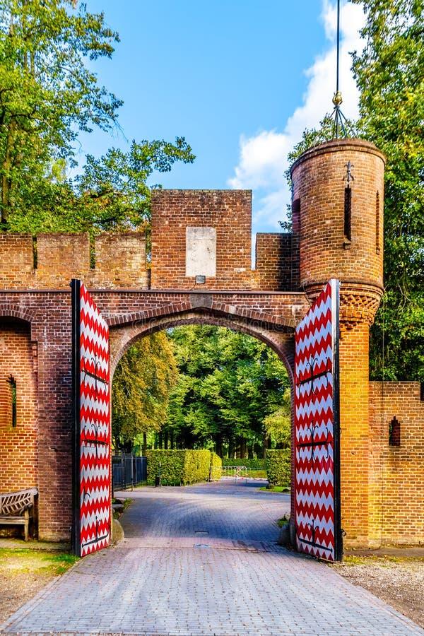 Puertas hermosas de la entrada del ladrillo en Castle De Haar, una reconstrucción del siglo XIV del castillo en los fin del siglo imagenes de archivo