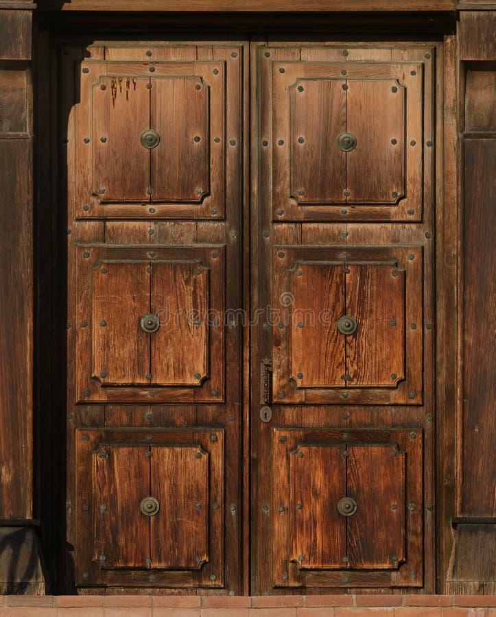 Puertas marrones viejas foto de archivo