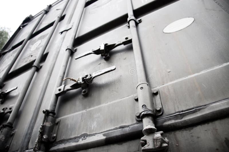 Puertas metálicas del envase de transporte fotos de archivo