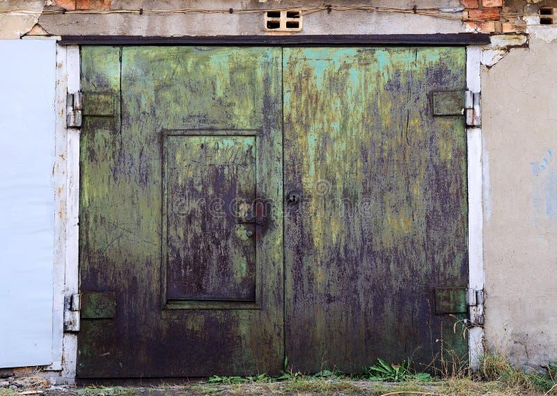 Puertas oxidadas viejas del garage cerradas fotos de archivo libres de regalías