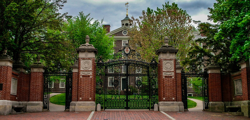 Puertas principales a Brown University foto de archivo libre de regalías
