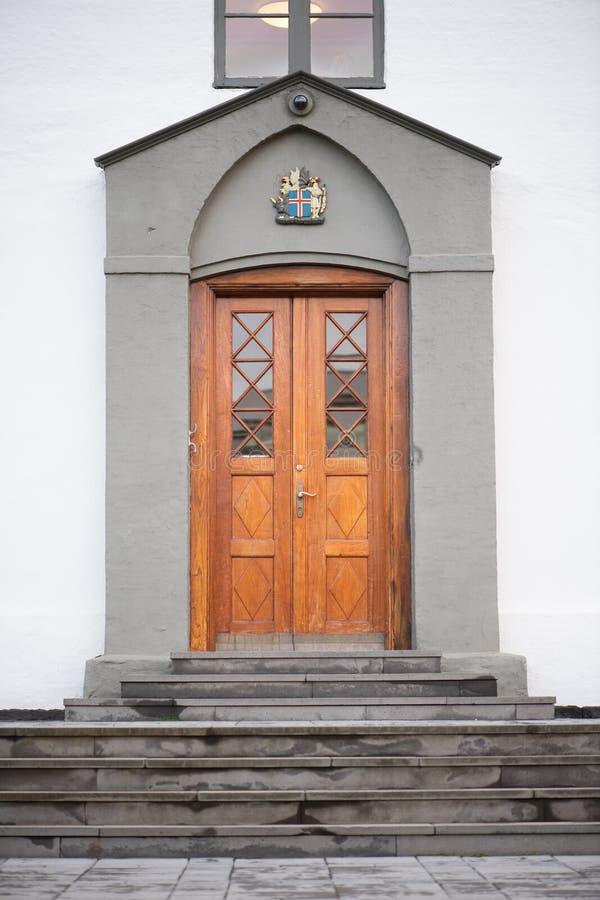 Puertas principales de la iglesia de Hallgrimskirkja imagen de archivo
